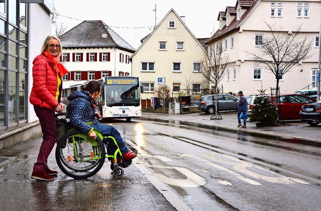 Roswitha Morlok-Harrer (links) und ihre Tochter Ute nutzen häufig den Bus der Linie 60. Foto: Sascha Sauer