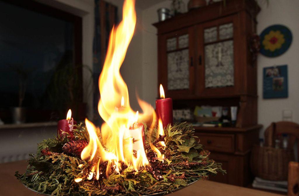 Bloß nie den Adventskranz aus den Augen lassen, wenn die Kerzen angezündet sind! Foto: /factum /Karin Rebstock