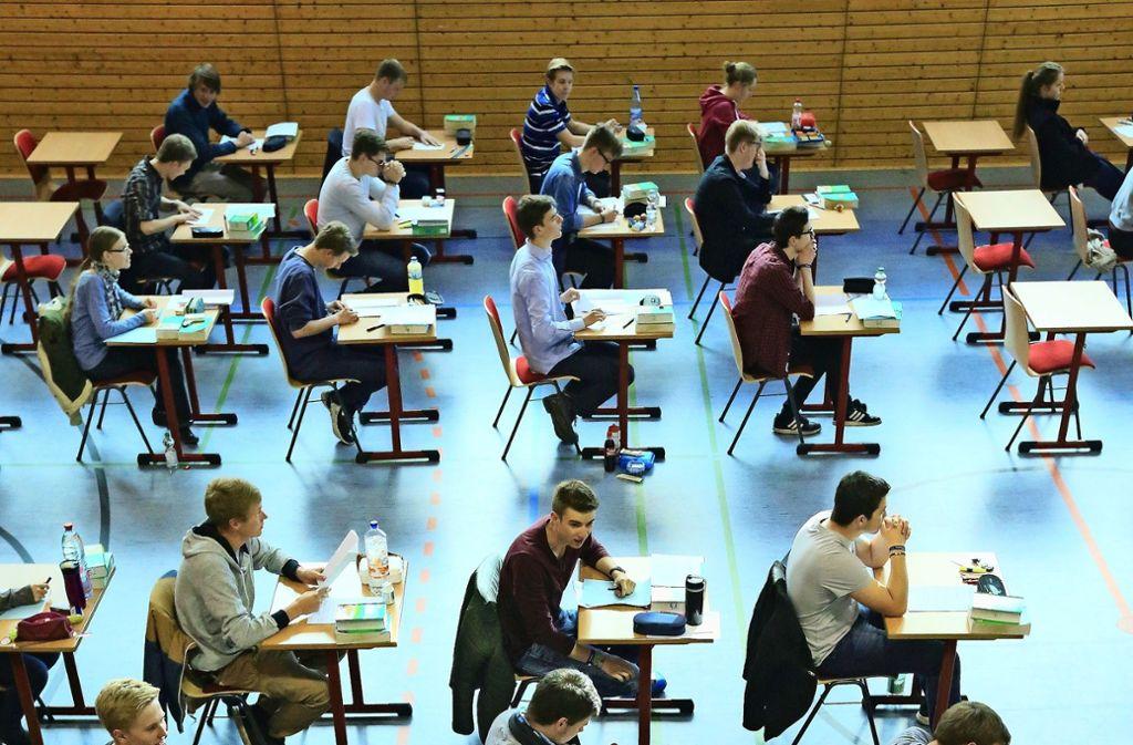 Das Friedrich-Schiller-Gymnasium in Marbach platzt aus allen Nähten. Aber Prüfungen in Turnhallen verlegen wie hier im Bild an einer Schule in Magdeburg muss es nicht. Foto: dpa