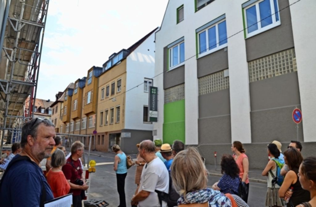 Ulrich Gohl (links) erzählt beim Spaziergang  auch bislang unbekannte Fakten über die Industriegeschichte des Stuttgarter Ostens.   In den Gebäuden an der Florianstraße 18-20 war einst eine Eisenmöbelfabrik, später eine Maschinenfabrik. Foto: Sandra Hintermayr