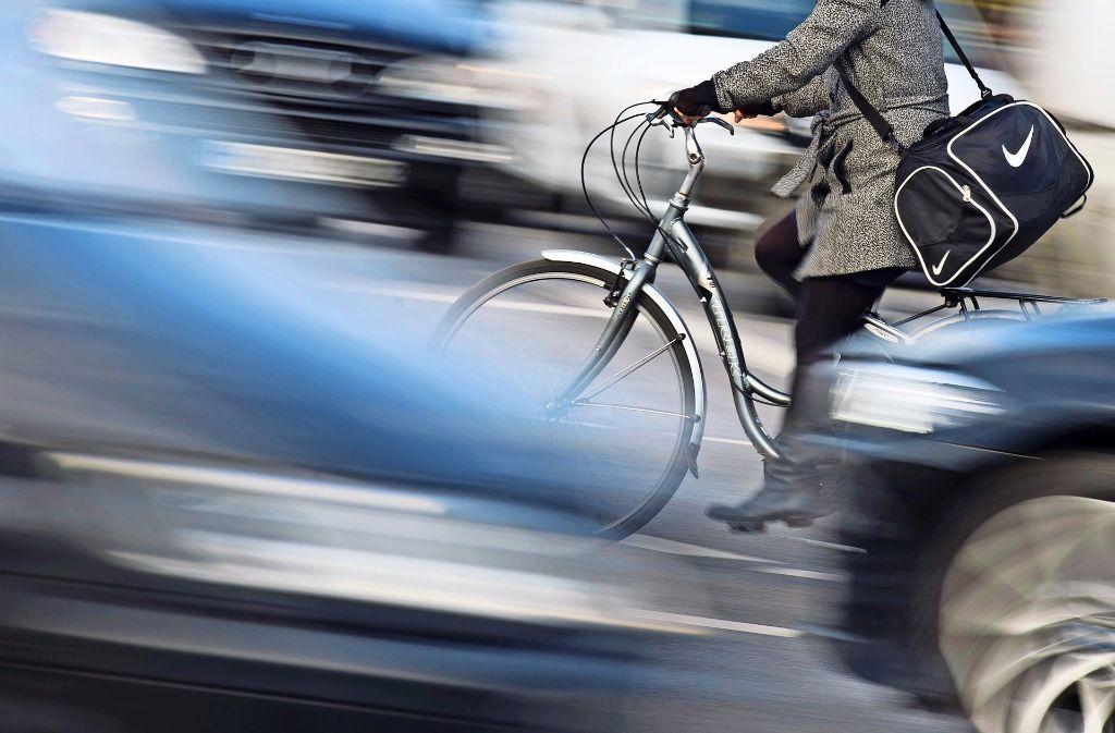 Wem gehört die Straße: Autofahrern oder Radlern? Foto: dpa
