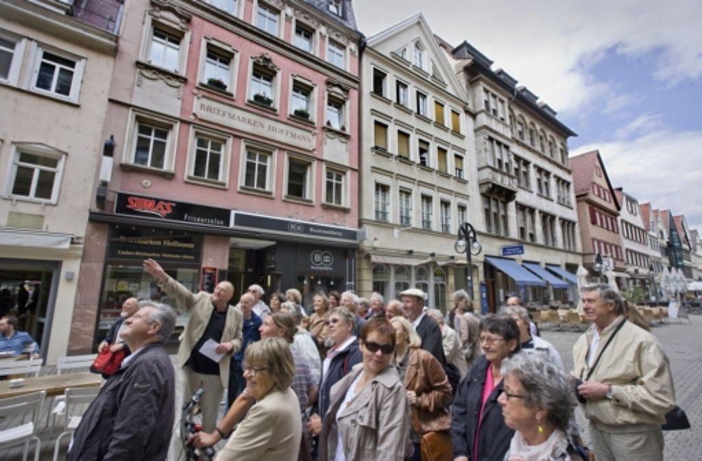 Herbert Medek  kann fast zu jedem Haus eine Geschichte erzählen. Da hängen die StZ-Leser auch noch nach dreieinhalb Stunden Stadtrundgang an seinen Lippen. Foto: Steinert