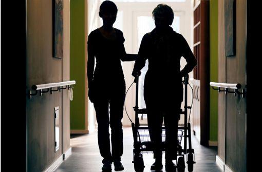 Die Minilöhne der Altenpflege im Visier