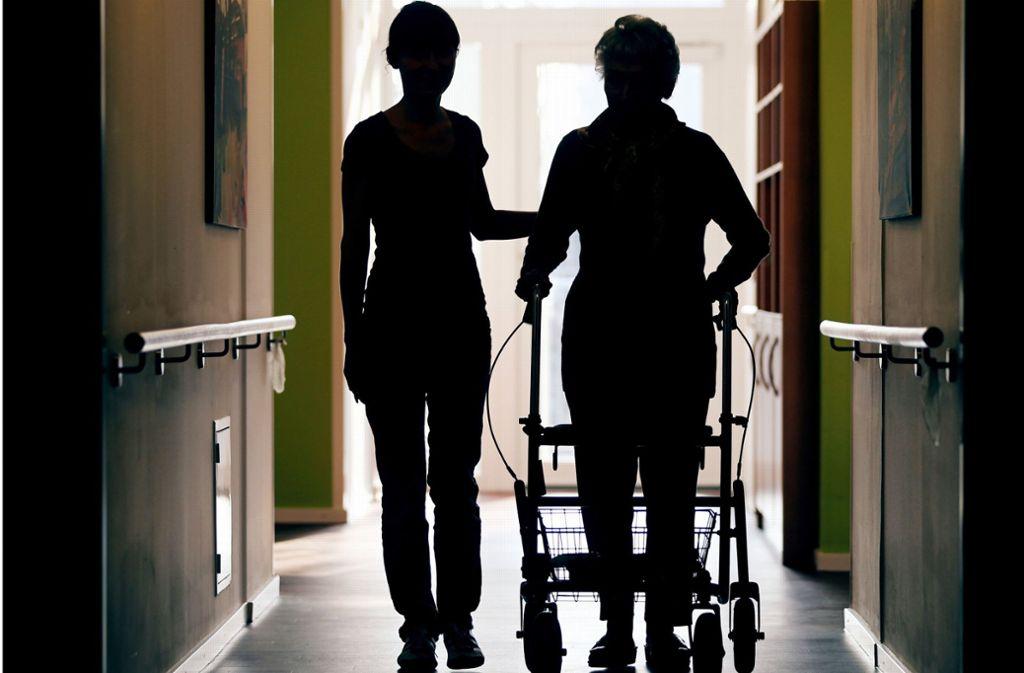 Fachkräfte in der Altenpflege müssen sich noch gedulden, bis die Verdienste auf breiter Front deutlich steigen. Foto: dpa