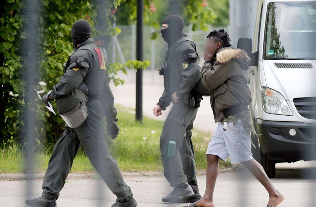 Am Montag haben rund 150 Bewohner der Landeserstaufnahmestelle in Ellwangen die Abschiebung eines 23-jährigen Tongolesen verhindert. Foto: dpa