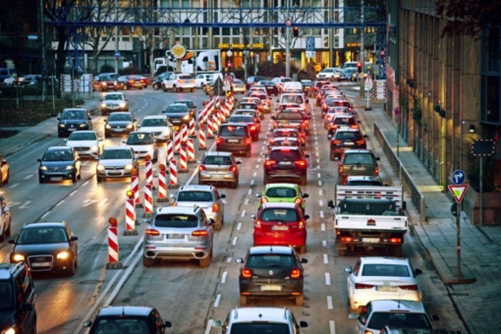 Halb so viele Autos  könnten den Feinstaubwert  unters  Limit drücken. Foto: Lg/Achim Zweygarth