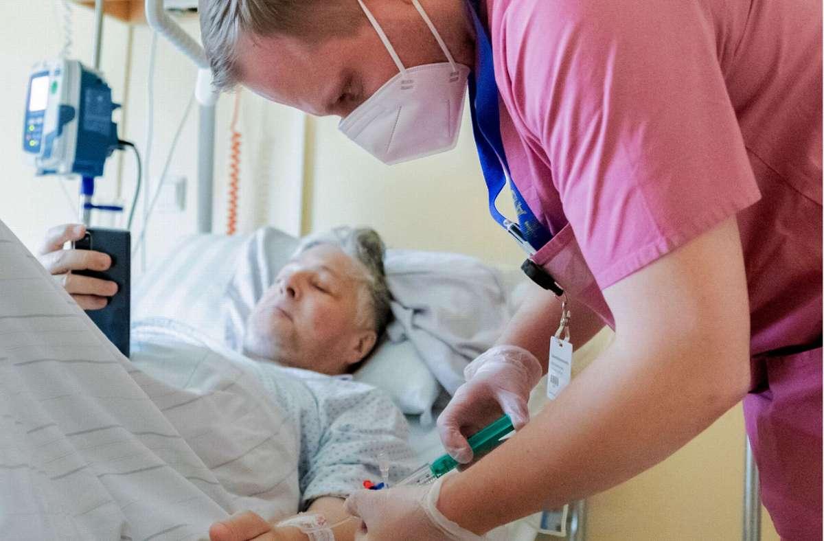 Nach wie vor sehen sich die Pflegekräfte oft stark überlastet. Foto: dpa/Christoph Soeder