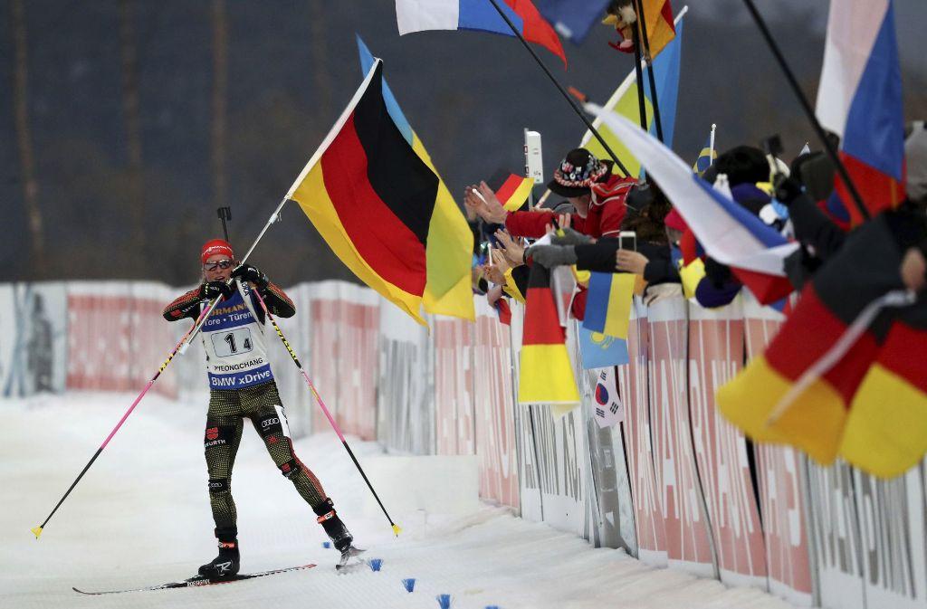 Franziska Hildebrand nimmt beim Überqueren der Ziellinie eine deutsche Flagge entgegen. Foto: AP