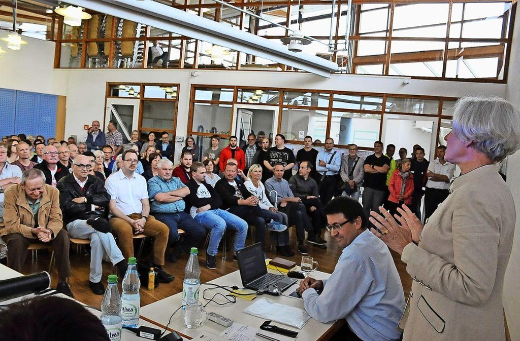Der Saal im Bürgerzentrum in Hausen ist am vergangenen Montag fast aus allen Nähten geplatzt. Foto: Georg Linsenmann