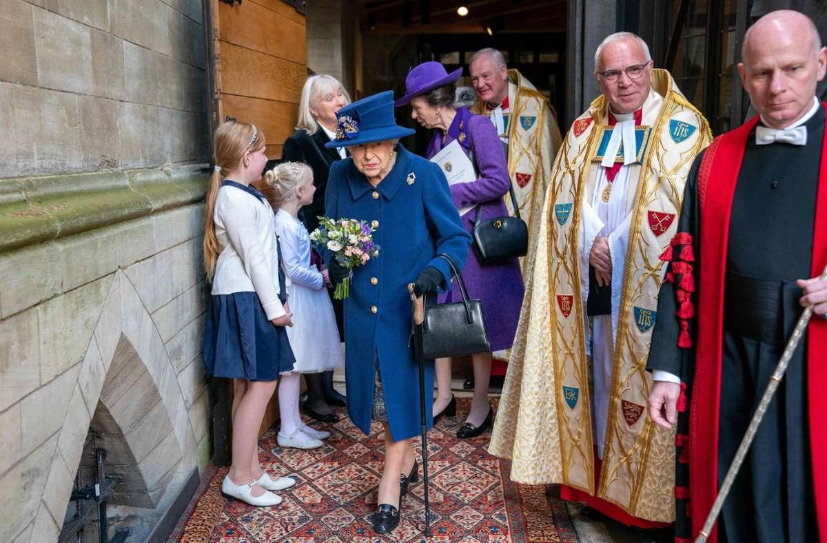 Erstmals seit 2004 hat die 95 Jahre alte britische Königin einen Gehstock in der Öffentlichkeit genutzt. Foto: AFP/ARTHUR EDWARDS