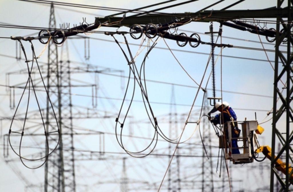 Arbeiter arbeiten an Stromleitungen im Hochspannungsnetz – der Netzausbau soll sich auch für die Bürger finanziell lohnen. Foto: dpa