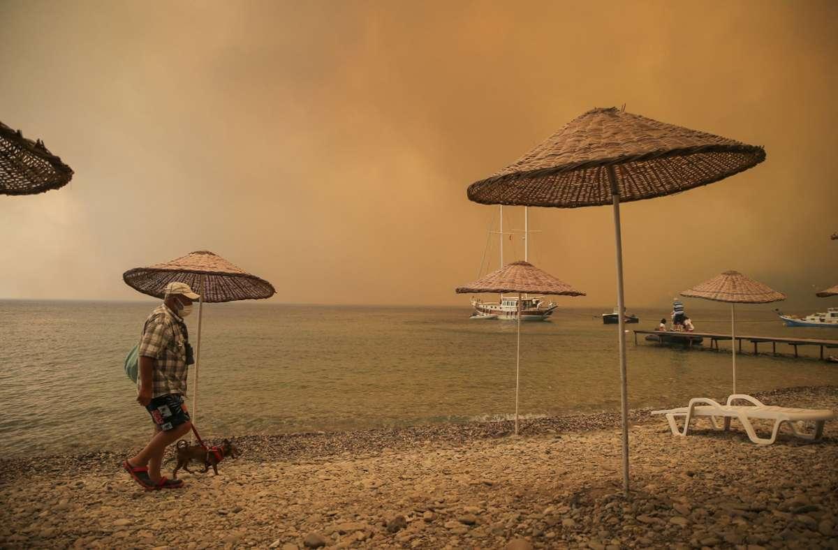 Dichte Rauschschwaden an einem  Strand in der Region Bodrum. Foto: dpa/Emre Tazegul