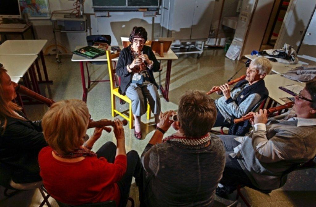 Else Lehle musiziert mit ehemaligen Flötenschülern in der Gerlinger Realschule. Else Lehle (links im Bild) war bei etlichen Musikwochen dabei. Hier üben die Schüler in den 60er Jahren in der Foto: factum/Granville