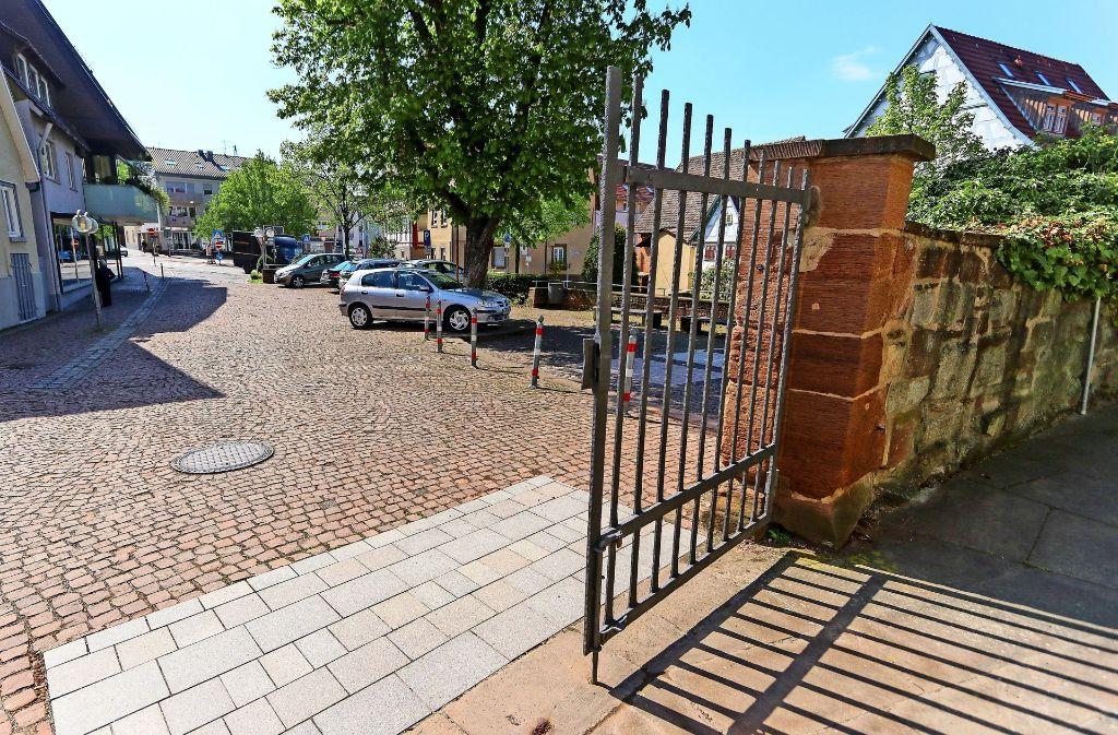 Auf dem Kelterplatz sind auch vor dem Eingang zur Petruskirche (im Vordergrund) viele Steinmuster zu sehen gewesen. Der Kastanienbaum soll erhalten bleiben. Foto: factum/Granville