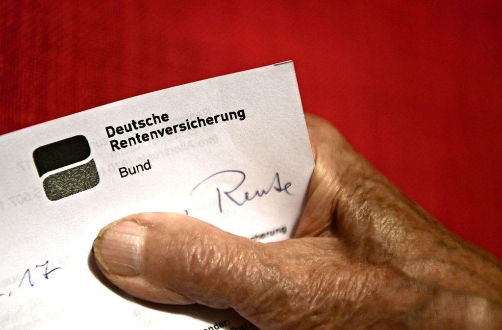 Wichtige Post für die Rente. Foto: dpa/Felix Kästle