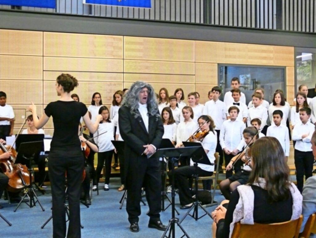 Für seinen Auftritt als Schulmeister in Telemanns Kantate hatte sich der Musiklehrer Philipp Hackert eine passende Perücke besorgt. Foto: Petra Mostbacher-Dix