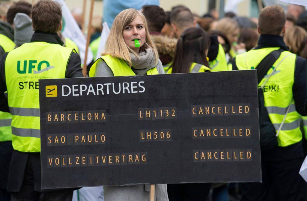 Die vorige Woche streikenden Flugbegleiter bei der Lufthansa haben einen ersten Erfolg bewirkt – nun ziehen Unternehmen und Ufo in eine Schlichtung. Foto: AFP/BORIS ROESSLER