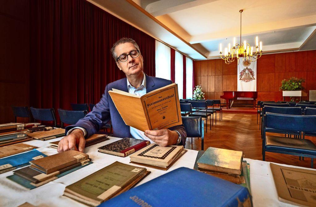 Andreas Hoffmann liest im Ludwigsburger Haus der Freimaurer in einem der 75 zurückgegebenen Bände, die in der NS-Zeit verloren gegangen sind. Foto: factum/Weise
