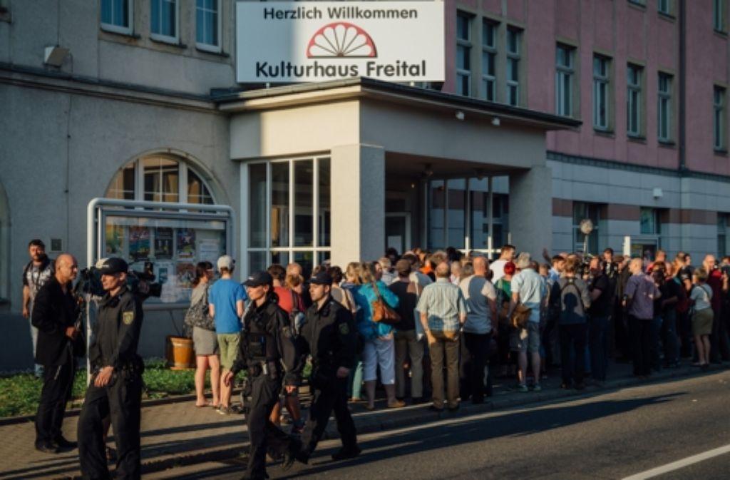 Der Andrang war groß zu der Diskussion im Kulturhaus Freital (Sachsen), auf der über die Aufnahme von Flüchtlingen informiert werden sollte. Foto: dpa