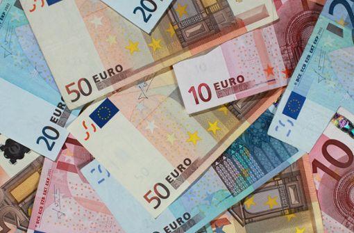 Motorradfahrer verliert Geldscheine