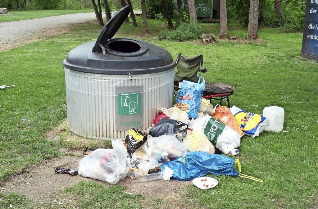 In  den Grünanlagen am Max-Eyth-See sind oft riesige Müllberge zu beseitigen. Selbst die bereitgestellten großen Container reichen nicht aus. Foto: Archiv