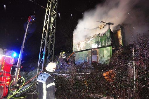 Gartenhäuser stehen in Flammen