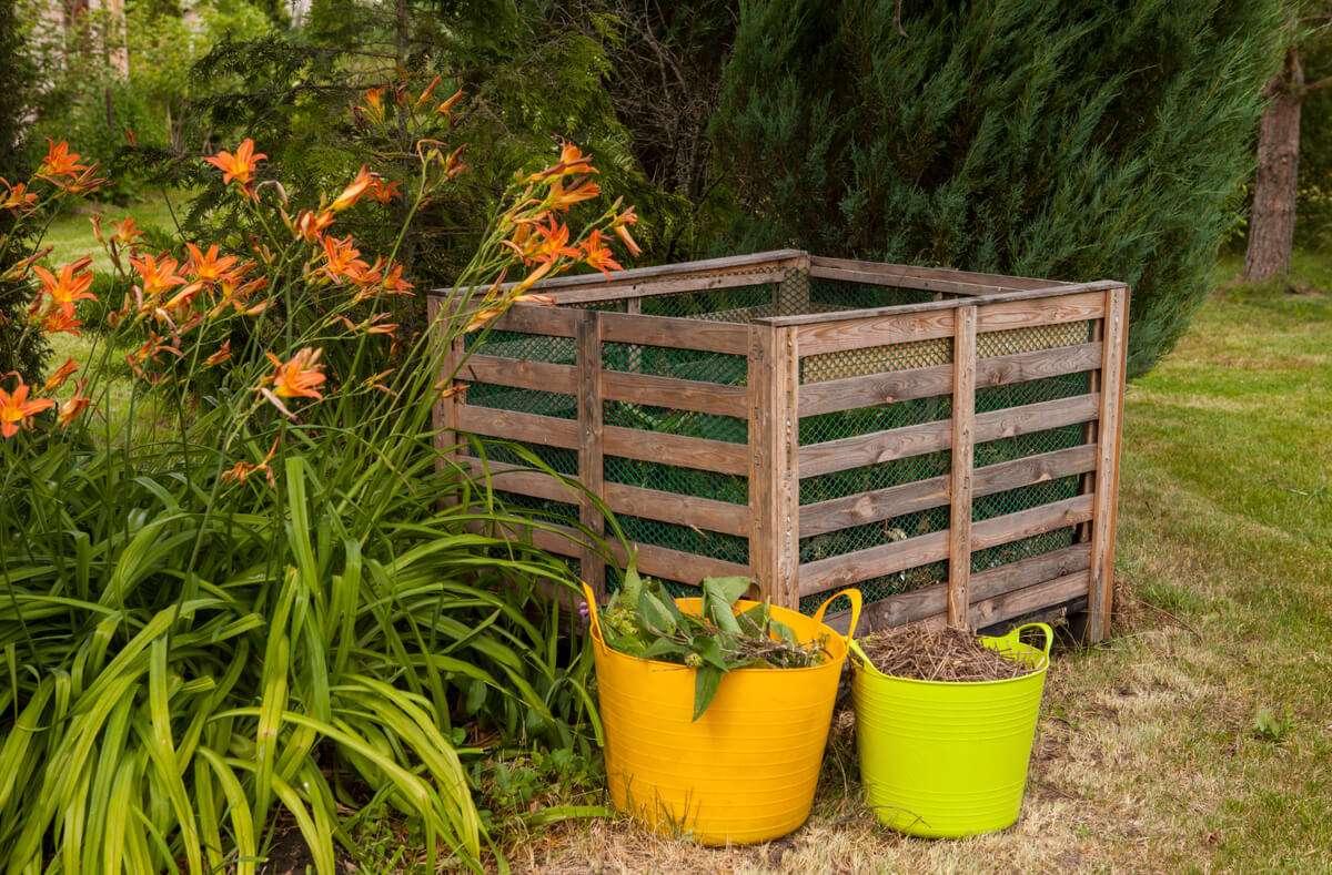 In diesem Artikel zeigen wir Ihnen, wie Sie einen Kompost im Garten in 5 Schritten richtig anlegen. Foto: JurateBuiviene / Shutterstock.com