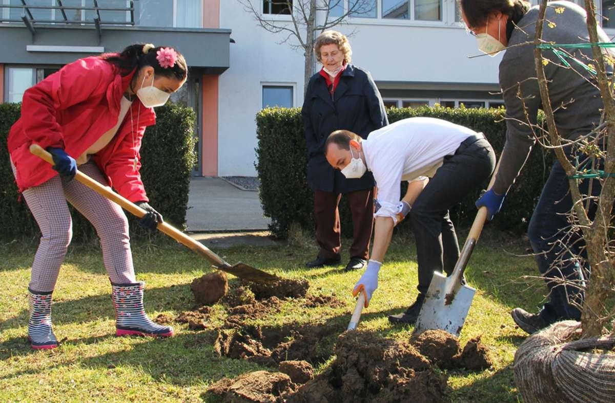 Böblingens Oberbürgermeister Stefan Belz packte mit an. Foto: Naturschutzbund