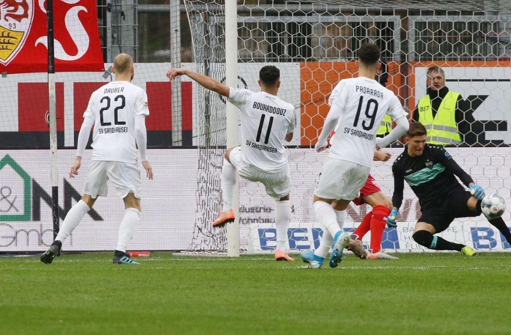 Nach 44 Sekunden klingelt's im Kasten von Gregor Kobel. Der Torschütze: Aziz Bouhaddouz. Foto: Pressefoto Baumann
