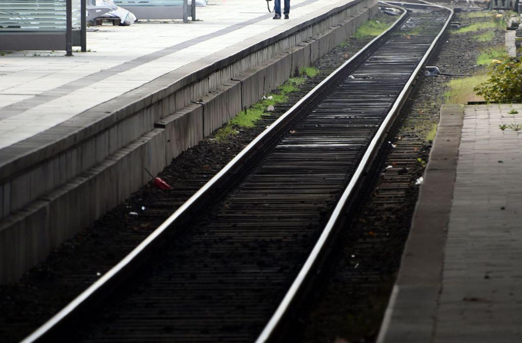 Unbekannte legten Holzbalken auf die Gleise (Symbolbild). Foto: dpa/Carsten Rehder