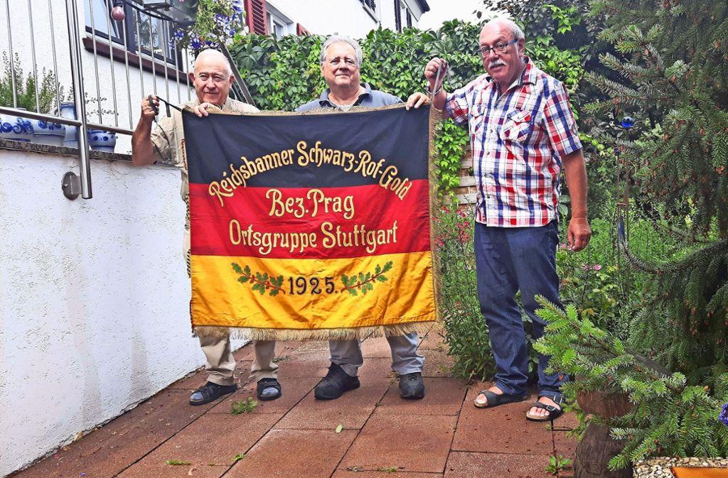 Krause,  Steinhilber und  Alt (v.l.) haben fürs Stadtmuseum ein besonderes Geschenk: die Fahne des Reichsbanners. Foto: Eva Funke
