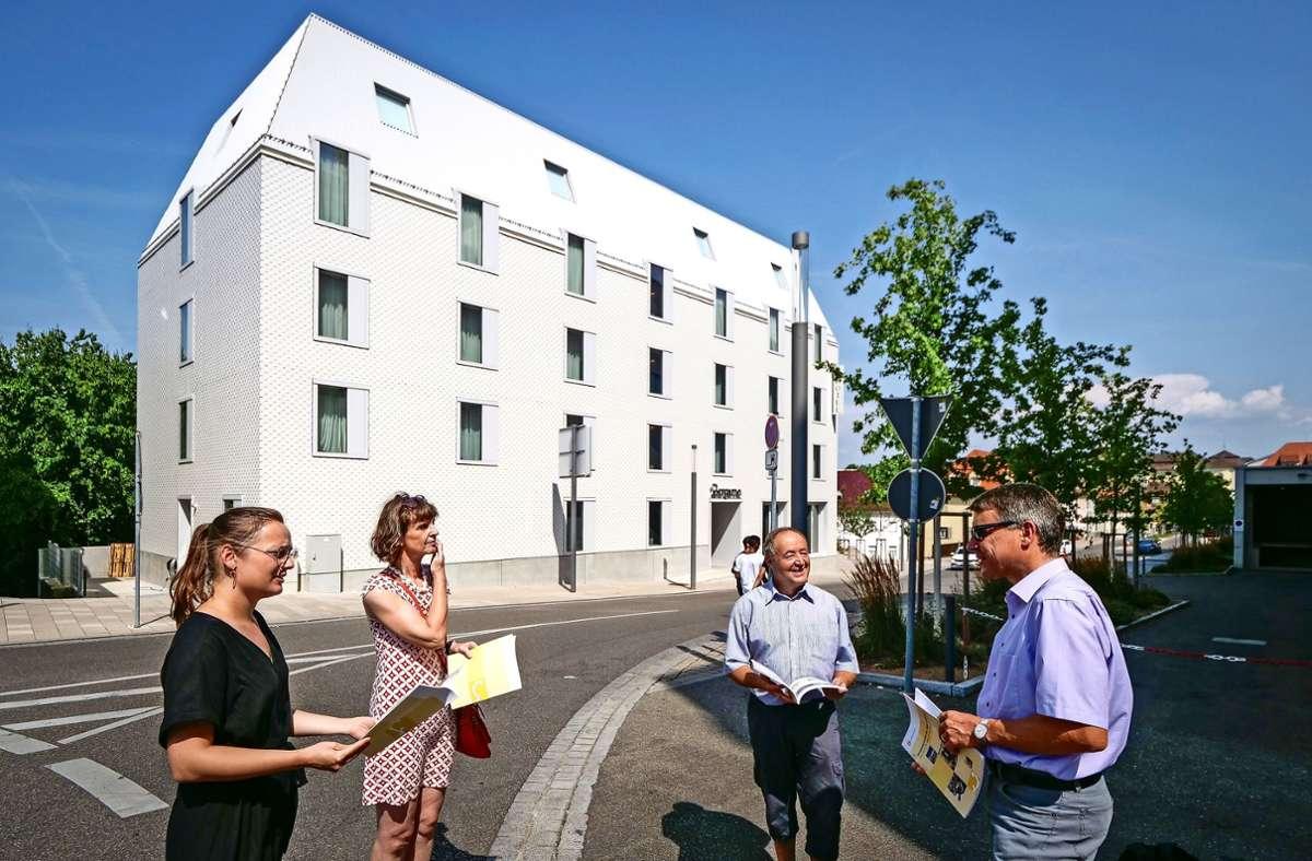 Vanessa Sommer, Petra Zeese, Ulrich Bauer und Martin Kurt (von links) vor dem neuen Hotel hinter dem Einkaufskomplex Marstall in Ludwigsburg Foto: factum/Simon Granville