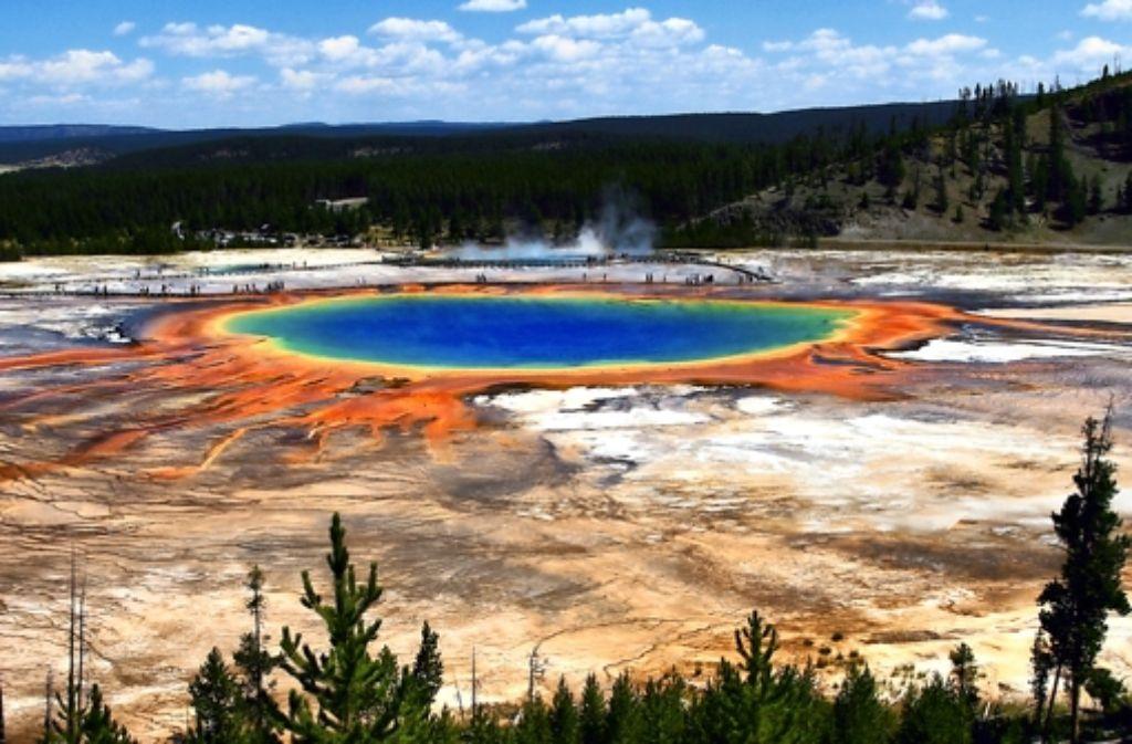 Das Wasser der Quelle Grand Prismatic Spring ist 70 Grad heiß – gerade angenehm für einige farbige Bakterien. Foto: Brocken Inaglory