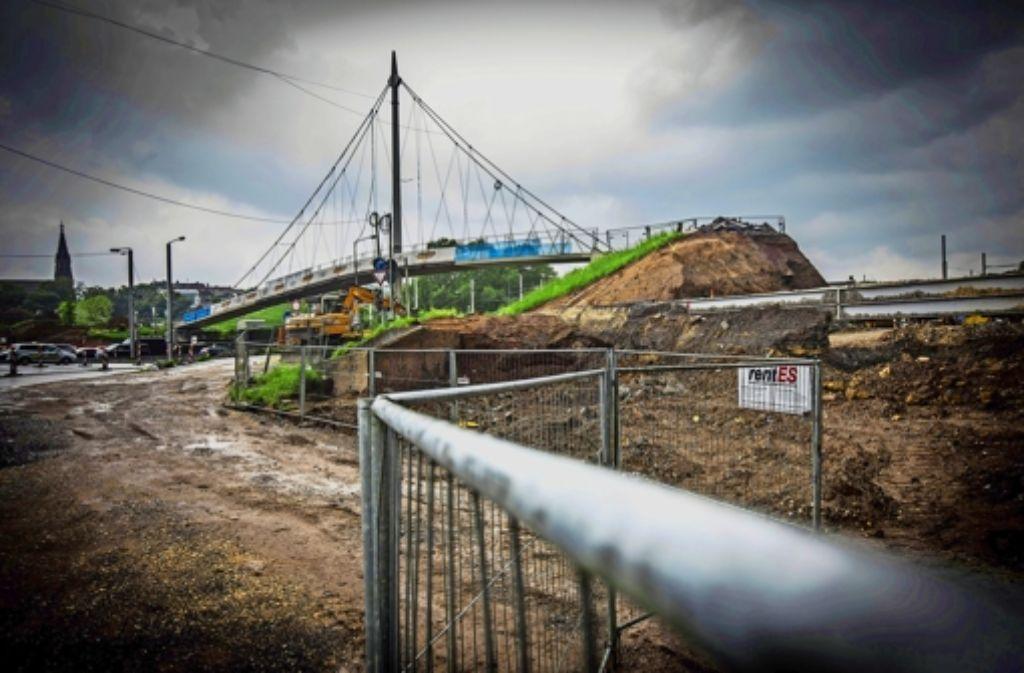 Einer der markanten Brunnen ist abgebaut und der Hügel abgetragen worden, sodass  der Steg   in einer Sackgasse Foto: Achim Zweygarth
