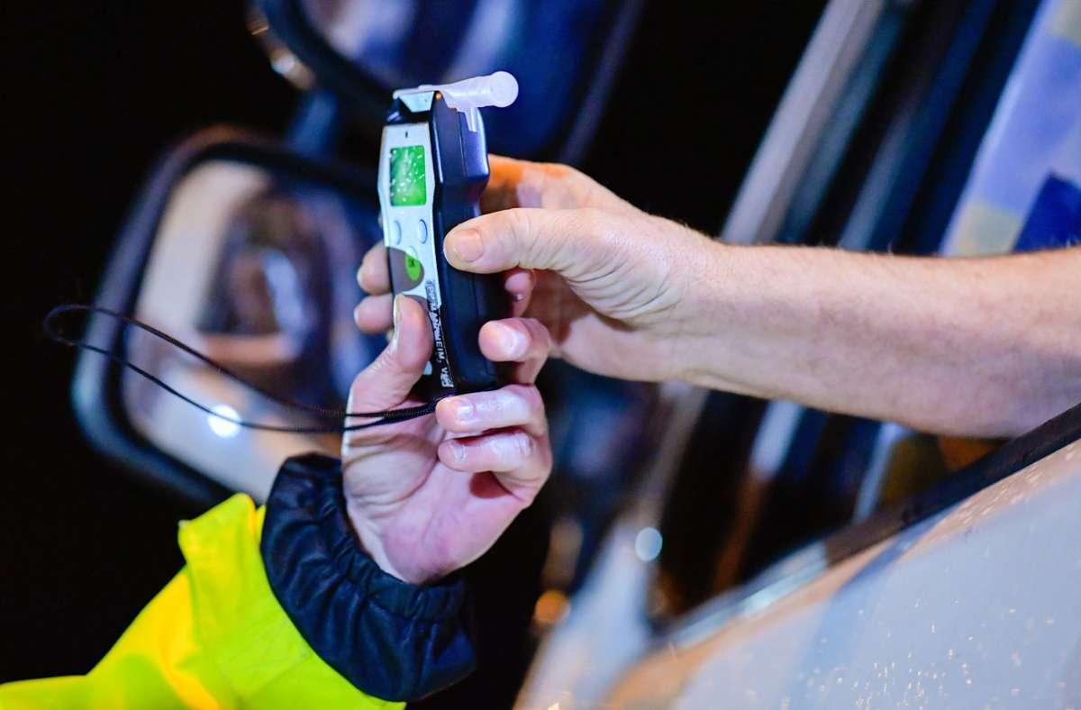 Der Alkoholtest des Unfallverursachers ergab einen Wert von über einem Promille (Symbolbild). Foto: dpa/Uwe Anspach