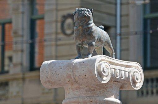 Auf der Loriot-Säule am Stuttgarter Eugensplatz thront wieder ein Mops - diesmal hoffentlich für die Ewigkeit. Foto: dpa