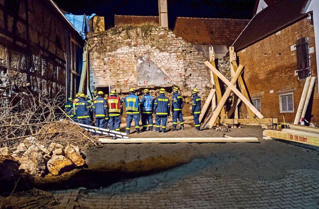 Die ganze Nacht zum Dienstag über stützten die Helfer des THW die historische Wand ab. Foto: 7aktuell/Franziska Hessenauer