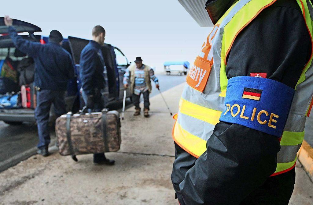 Abschiebung unter staatlicher Aufsicht: Polizisten begleiten abgelehnte Asylbewerber  auf dem Flughafen Leipzig-Halle Foto: dpa