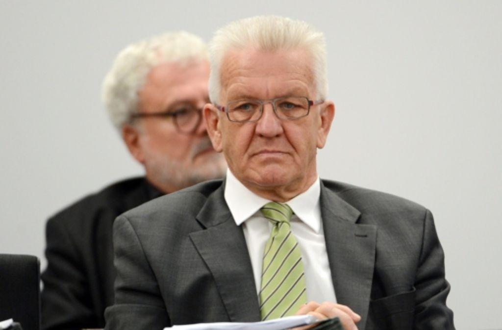 Der baden-württembergische Ministerpräsident Winfried Kretschmann verteidigt  Verkehrsminister Winfried Hermann (beide Grüne) gegen Kritik im Zusammenhang mit Auftragsvergaben. Foto: dpa