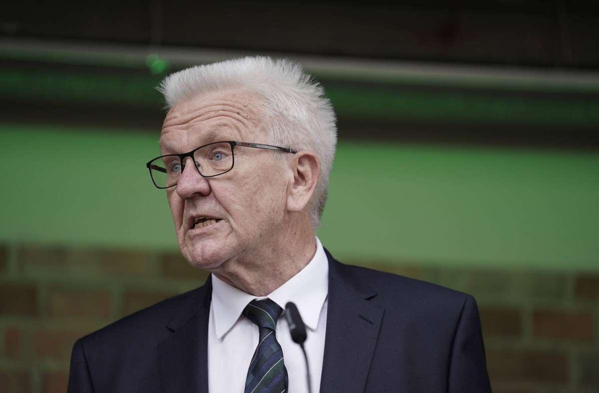 Ministerpräsident Winfried Kretschmann setzt in Baden-Württemberg erneut auf strengere Corona-Maßnahmen. (Symbolbild) Foto: imago images/Political-Moments/via www.imago-images.de