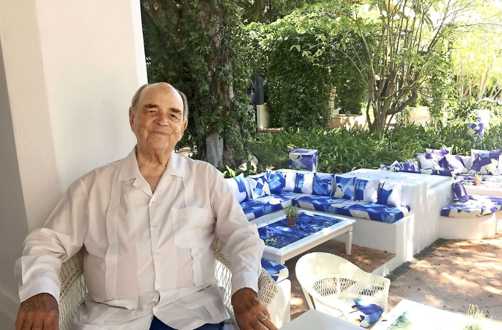 Rudolf Graf von Schönburg, von allen nur kurz Conde Rudi genannt, sitzt im Garten des Marbella Club Hotels.  Er hat die großen Zeiten des Jetsets als Hoteldirektor erlebt. Foto: dpa