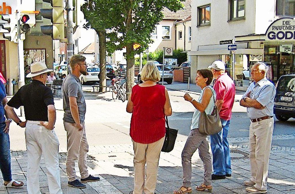 Die Stadtseniorenräte schauten sich in Begleitung von Bezirksvorsteherin Andrea Klöber (3.v.r.)  auf der Stuttgarter Straße um. Foto: privat