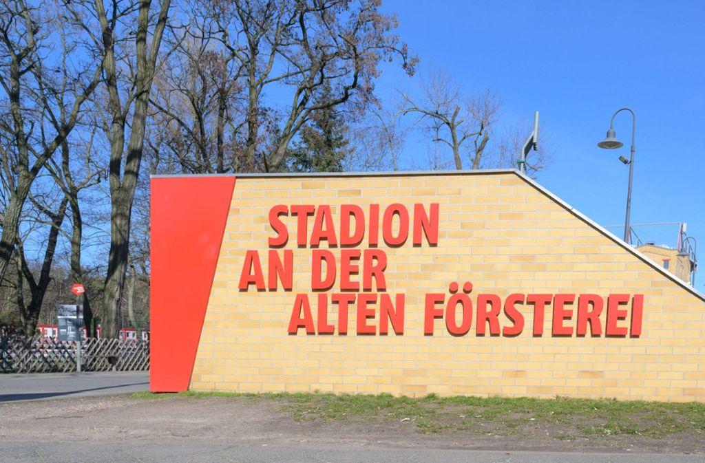 Das Stadion von Union Berlin hat noch ein paar Vorzüge von alten Arenen. Die hohen Bäume zum Beispiel. Foto: imago images/Eibner/Uwe Koch