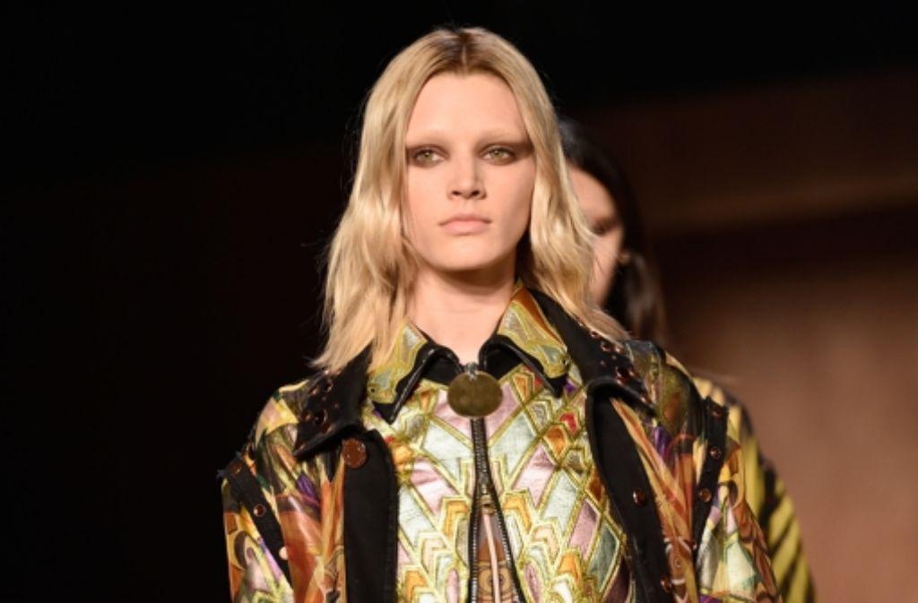 Seit knapp einer Woche steht die Modewelt in Paris wieder Kopf: Star- und Jungdesigner zeigen noch bis zum 9. März ihre Herbst-/Winterkollektionen. So mancher Weltstar lässt sich dabei in der First Row blicken. Klicken Sie sich durch unsere Bildergalerie. Foto: Getty Images