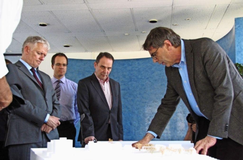 180000 Euro hat die Stadt für den Architektenwettbewerb ausgegeben, Sieger war Peter Schürmann (rechts). Das Foto ist bei einem Besuch des Oberbürgermeisters Fritz Kuhn (links) entstanden. Zudem auf dem Bild Philipp Kordowich (2.v.l.) und Peter-Alexander Schreck. Foto: Archiv Sägesser