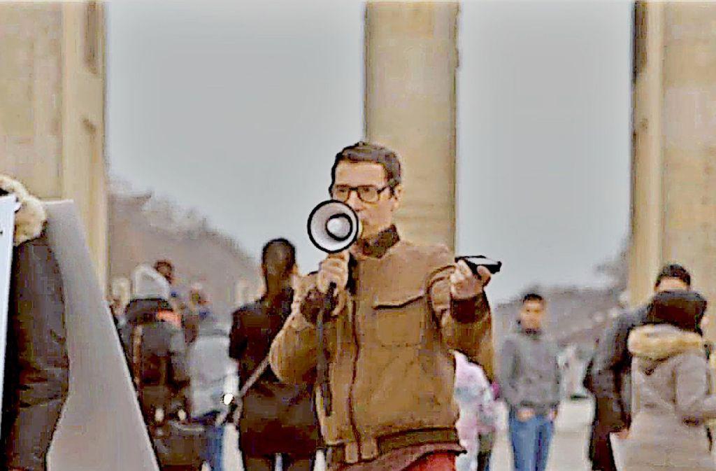 Der Schauspieler Bernd Gnann als Rainer Holzrück im Video auf Facebook, das zurzeit tausendfach angeklickt wird. Foto: Facebook/@gehdochnachbiberach