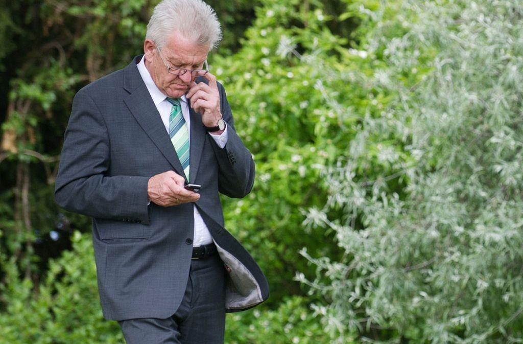 Ministerpräsident Winfried Kretschmann ist mit dem Handyverbindungen im Land nicht zufrieden. Foto: dpa