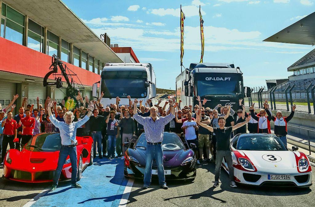 Die PS-Entertainer James May, Jeremy Clarkson und Richard Hammond (vorne von links) kommen für eine Folge ihrer neuen Show nach Ludwigsburg. Foto: Amazon