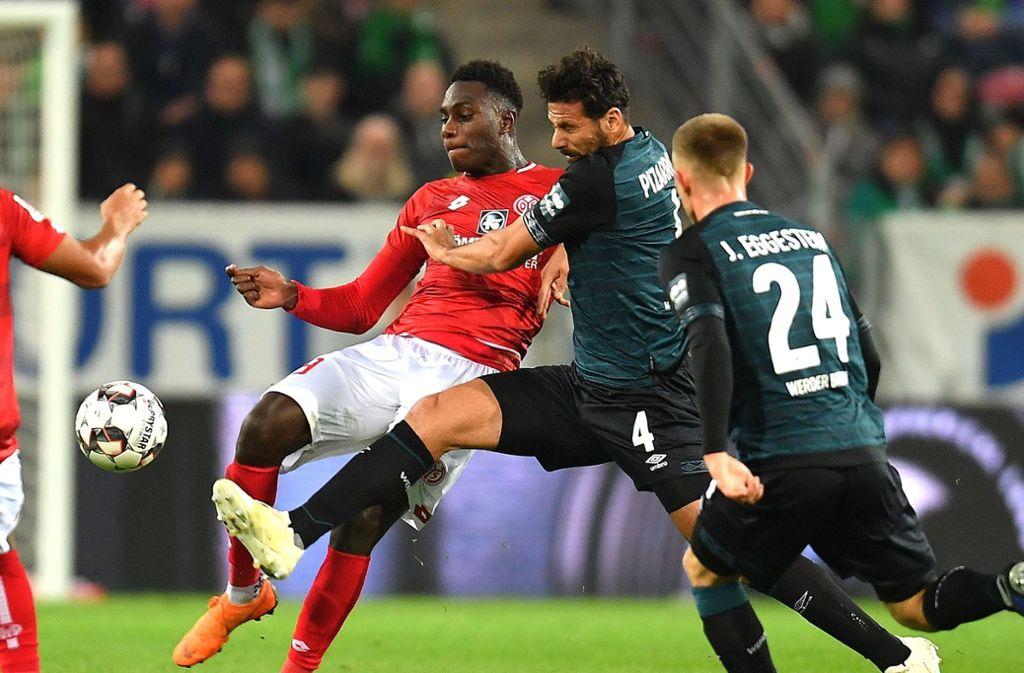 Claudio Pizarro (mitte) konnte die Niederlage in Mainz nicht verhindern. Foto: DPA