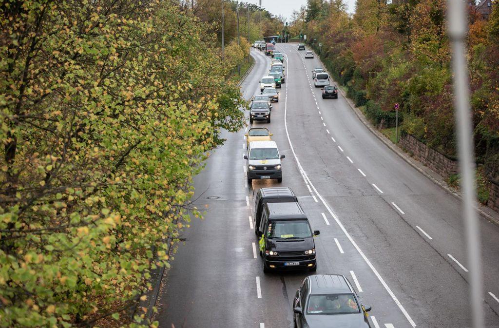 Der Autokorso der Fahrverbotsgegner fährt auf das Neckartor zu. Foto: Lichtgut/Julian Rettig